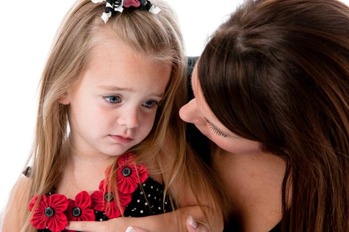 Description: Trẻ nhút nhát cần sự giúp đỡ của ba mẹ để dạn dĩ hơn