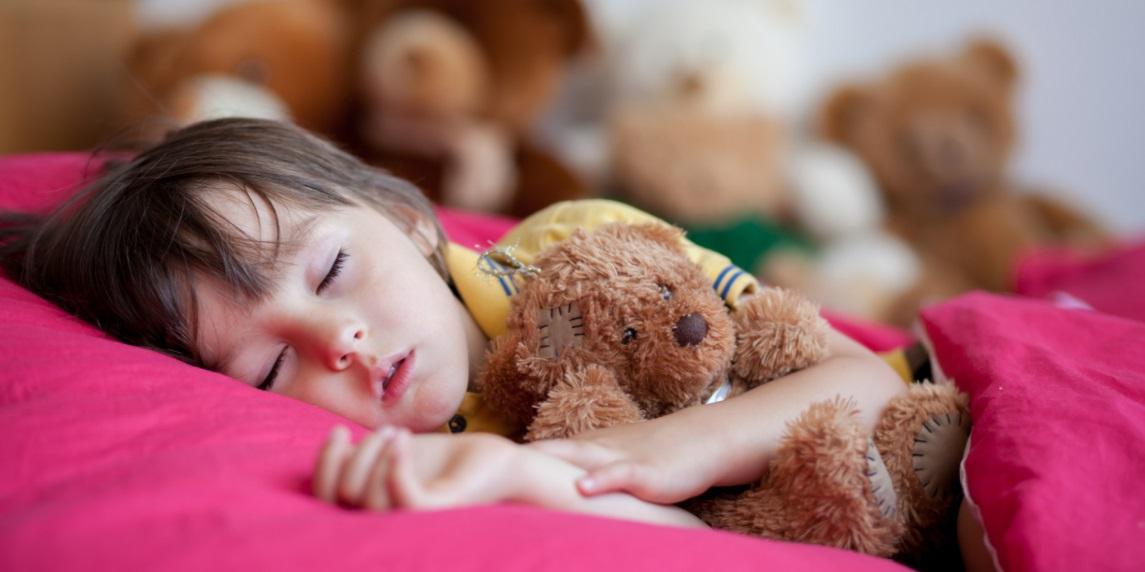Description:   Với trẻ khó thích nghi, nên cho trẻ giữ gấu bông, chiếc chăn yêu thích bên mình để con dễ thích nghi với hoàn cảnh mới